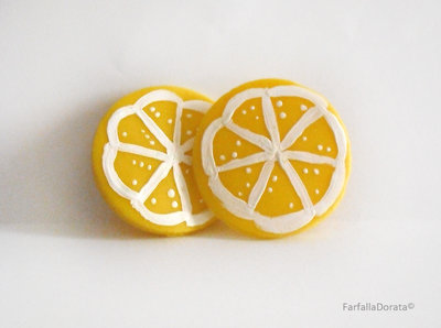 Orecchini frutta limone a perno realizzati interamente a mano in porcellana fredda