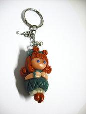Portachiavi bambola folletto con cappello foglia modellato a mano in porcellana fredda