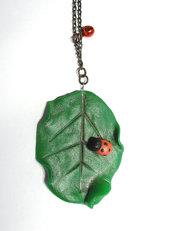 Collana foglia grande verde con piccola coccinella modellata a mano in porcellana fredda