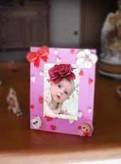 Cornice portafoto bambina dipinta e decorata a mano in porcellana fredda.