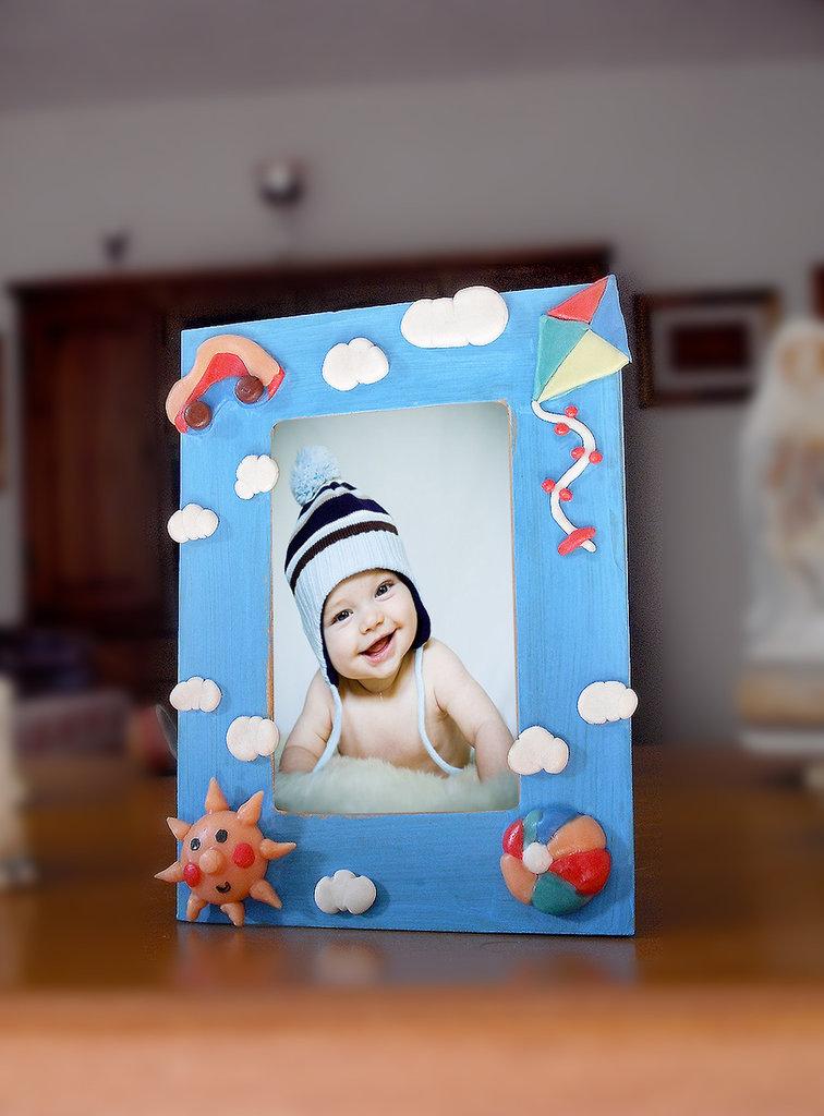 Cornice portafoto bambino dipinta e decorata a mano in porcellana fredda