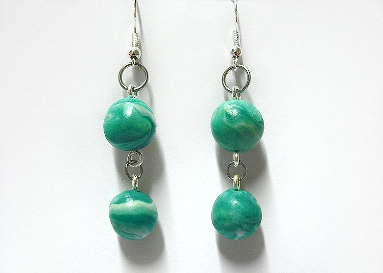 Orecchini verdi pendenti con perle marmorizzate realizzati a mano in porcellana fredda