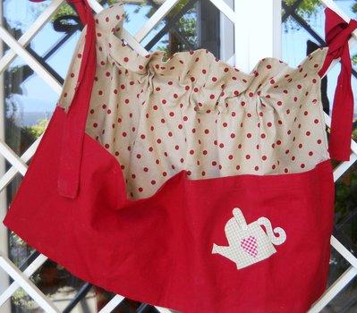 Grembiule da giardino in cotone  con grande tasca decorata con applicazione.