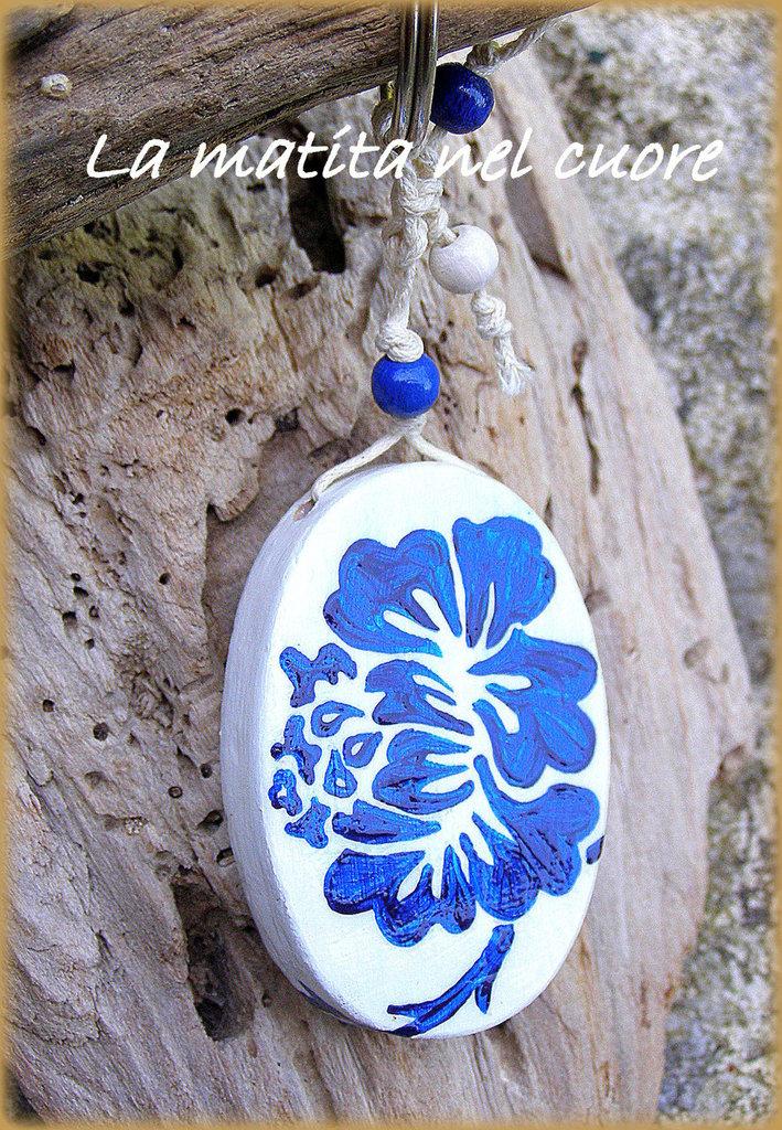 Portachiavi in legno dipinto a mano con fiori stilizzati blu su fondo bianco