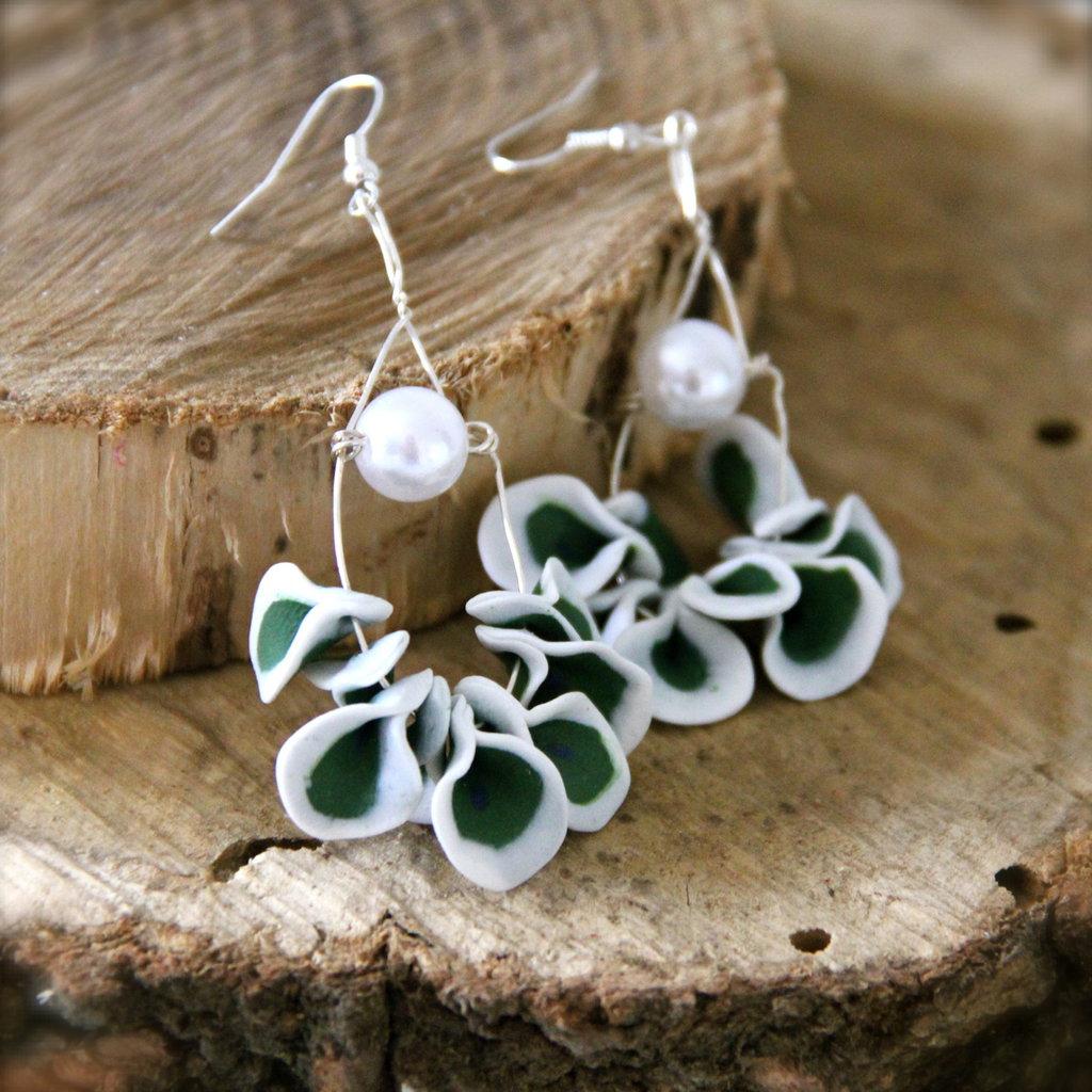Orecchini pendenti a semicerchio, verde e bianco, con perla