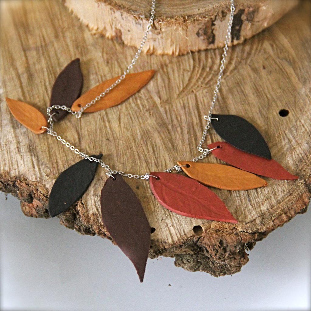 Collana argentata autunnale con foglie in argilla polimerica