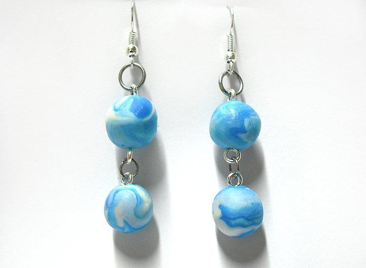 Orecchini azzurri pendenti con perle marmorizzate realizzati a mano in porcellana fredda