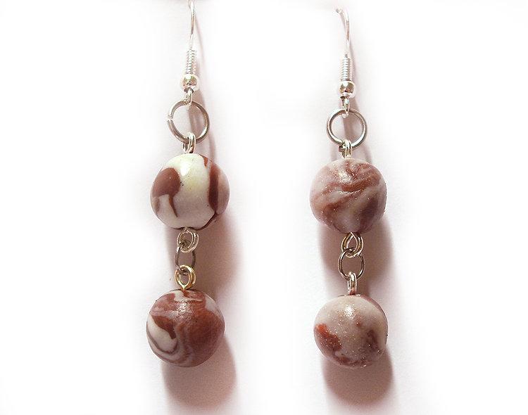 Orecchini viola marsala pendenti con perle marmorizzate realizzati a mano in porcellana fredda