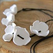 Collana unica con fiori bianchi