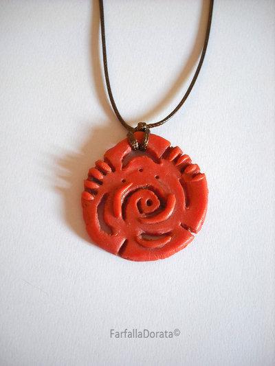 Collana tribale etnico arancione modellata completamente a mano con la porcellana fredda
