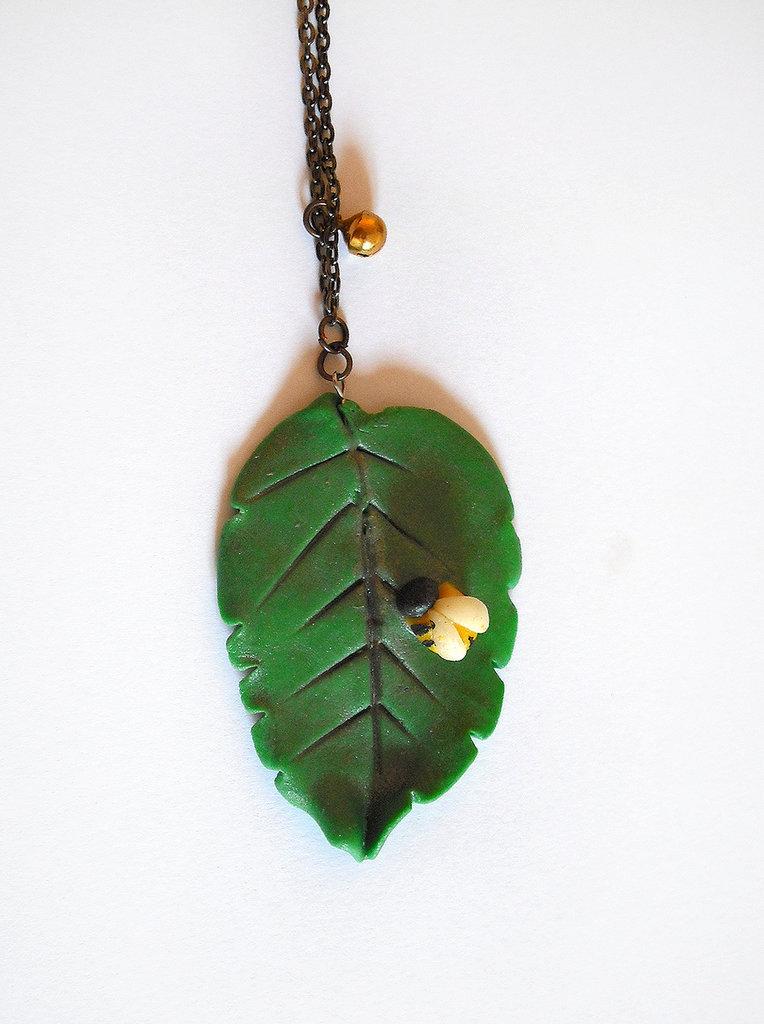 Collana foglia grande verde con piccola ape modellata a mano in porcellana fredda