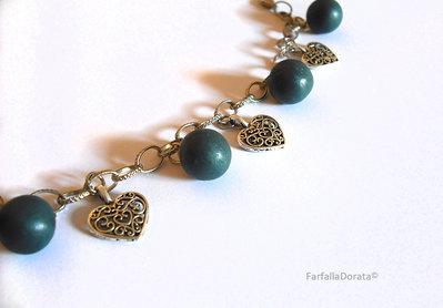 Bracciale perle blu notte e cuori traforati fatto a mano in porcellana fredda