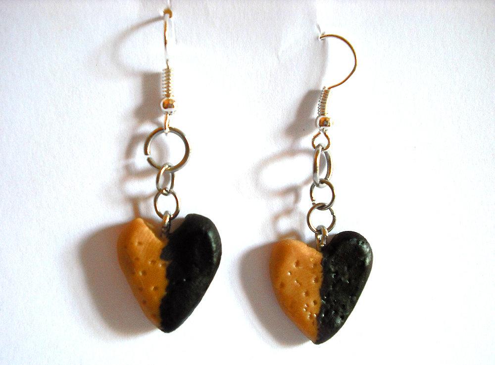 Orecchini biscotto cuore con cioccolata modellato a mano in porcellana fredda