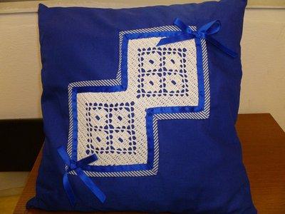 Cuscino blu con tricot bianco