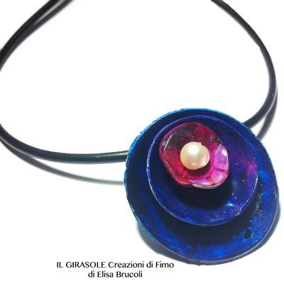 Collana con cerchi stilizzati blu intenso e sfumature magenta con inserto in vera madreperla: Minimal Flower Necklace