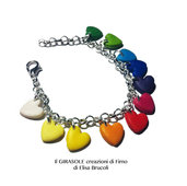 Braccialetto in catena metallica con cuori arcobaleno colorati in fimo