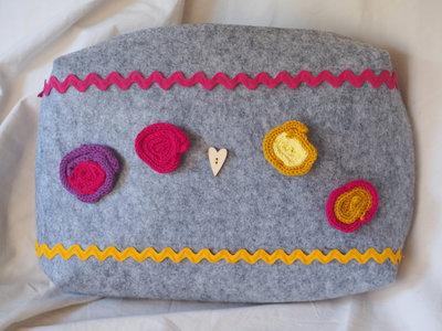 Grande borsa con cerniera.Feltro.Porta tutto.Fatta a mano.Decorata con motivi rotondi in lana-seta-cotone TUBOLARI ,bottone,passamaneria.