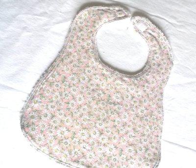 bavaglia double face in spugna di cotone e tessuto  con margherite nei toni del rosa