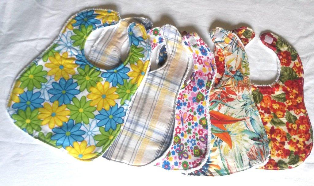 bavaglia double face in spugna di cotone e tessuto  con fiori nei toni del verde dì e del giallo