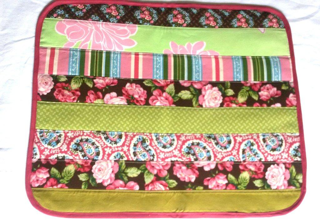 set  2 tovagliette americane patchwork multicolore verde, rosso, giallo, rosa, marrone bordate in rosso scuro