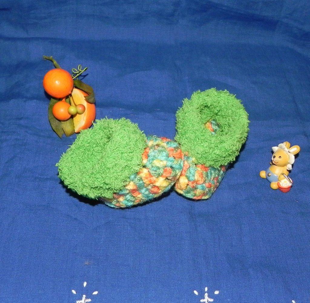 Scarpette bebè con pelliccetta verde realizzate ai ferri