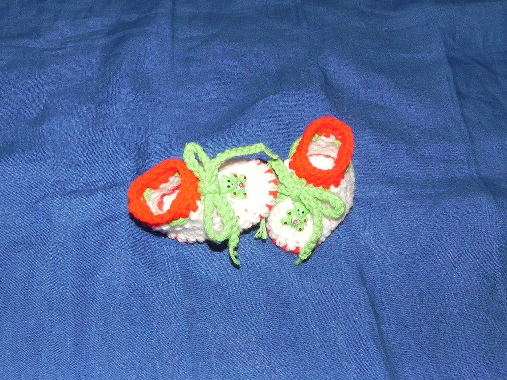 Scarpette NEONATO  tricolore realizzate ad uncinetto