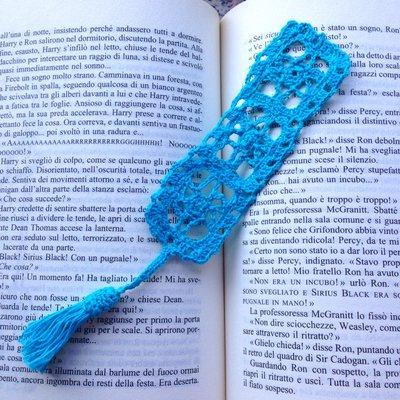 Segnalibro stile filet con mattonelle con fiori azzurri e nappina, fatto a mano ad uncinetto per amanti dei libri
