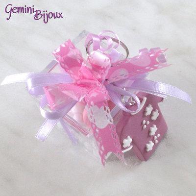 Bomboniera battesimo o comunione femmina, scatola in plexiglass con portachiavi in fimo fatto a mano e confetti