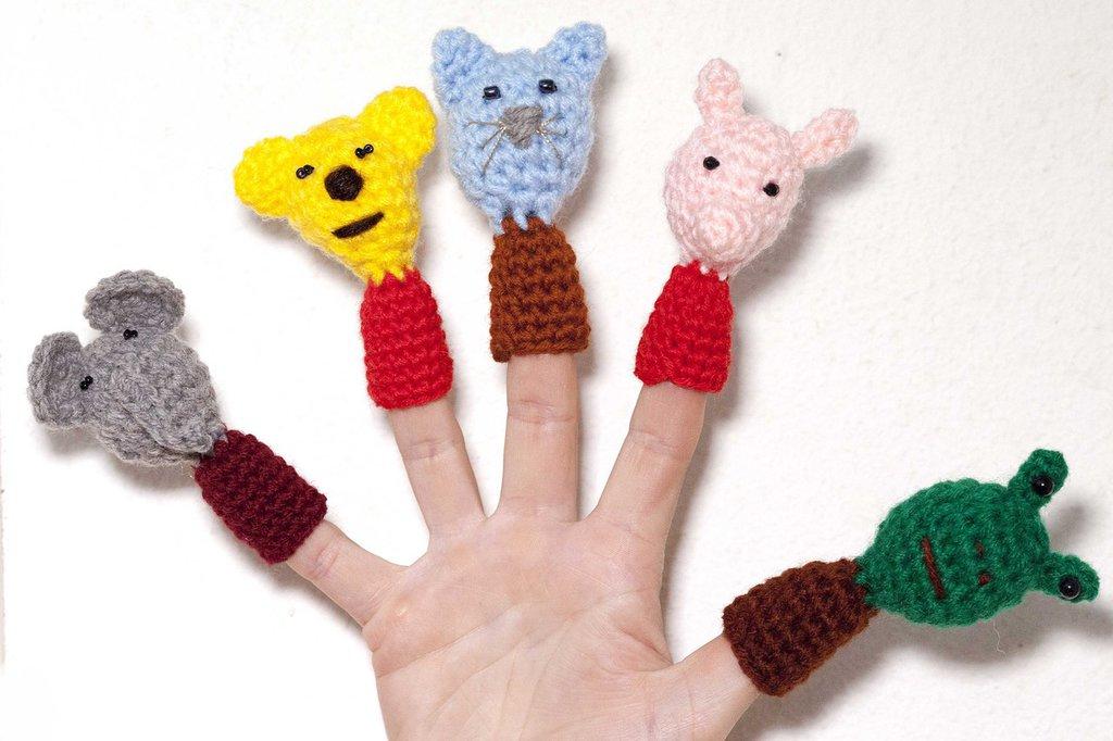 5 ditini marionette realizzati all'uncinetto con la tecnica amigurumi, materiale acrilico, a forma di: elefante, orso, gatto, maiale e rana.