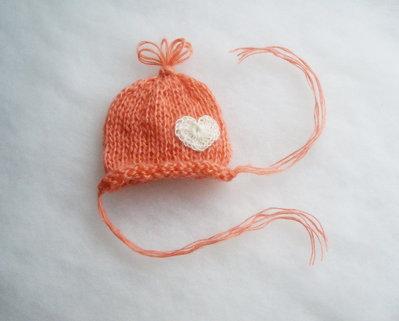 Cappellino per neonata in lana mohair, cappellino rosa corallo con cuore bianco crochet, battesimo