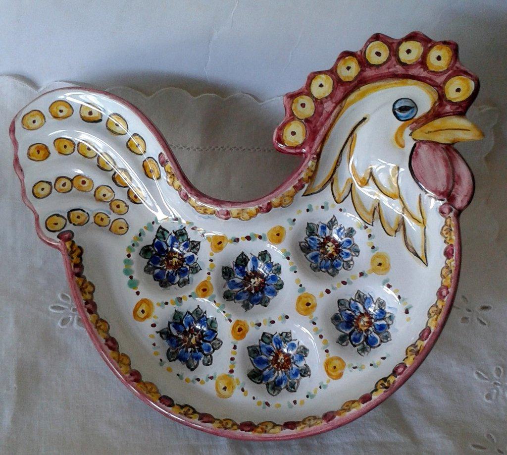 Galletto portauova in ceramica dipinto a mano.