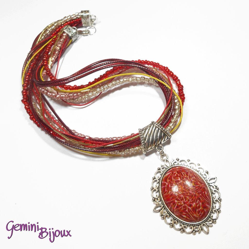 Collana con multifile di perline, filati e grande cabochon in fimo fatto a mano, tonalità rosso