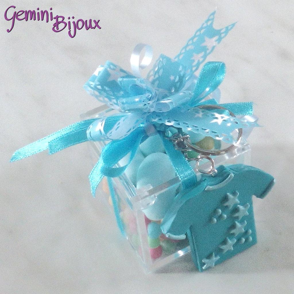 Bomboniera battesimo o comunione maschietto, scatola in plexiglass con portachiavi in fimo fatto a mano e confetti