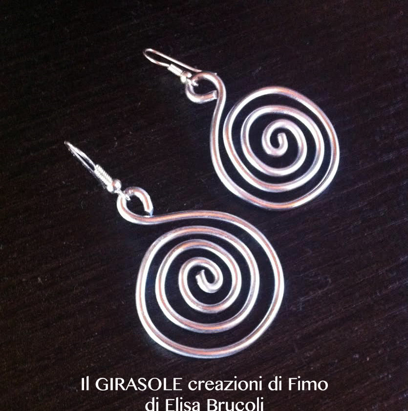 Orecchini pendenti a cerchio in filo wire argentato con fantasie a spirali e a cerchio