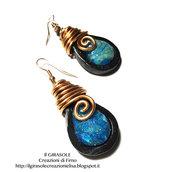 Orecchini in fimo effetto opale con sfumature del blu e briolette in filo wire ramato