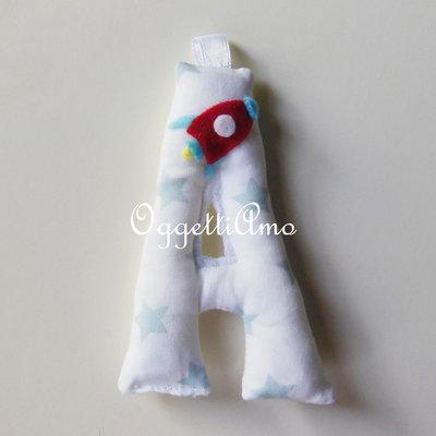 Lettere di stoffa imbottite e decorate con miniature a tema 'Astronavi ed Ufo tra le stelle' per le sue bomboniere!