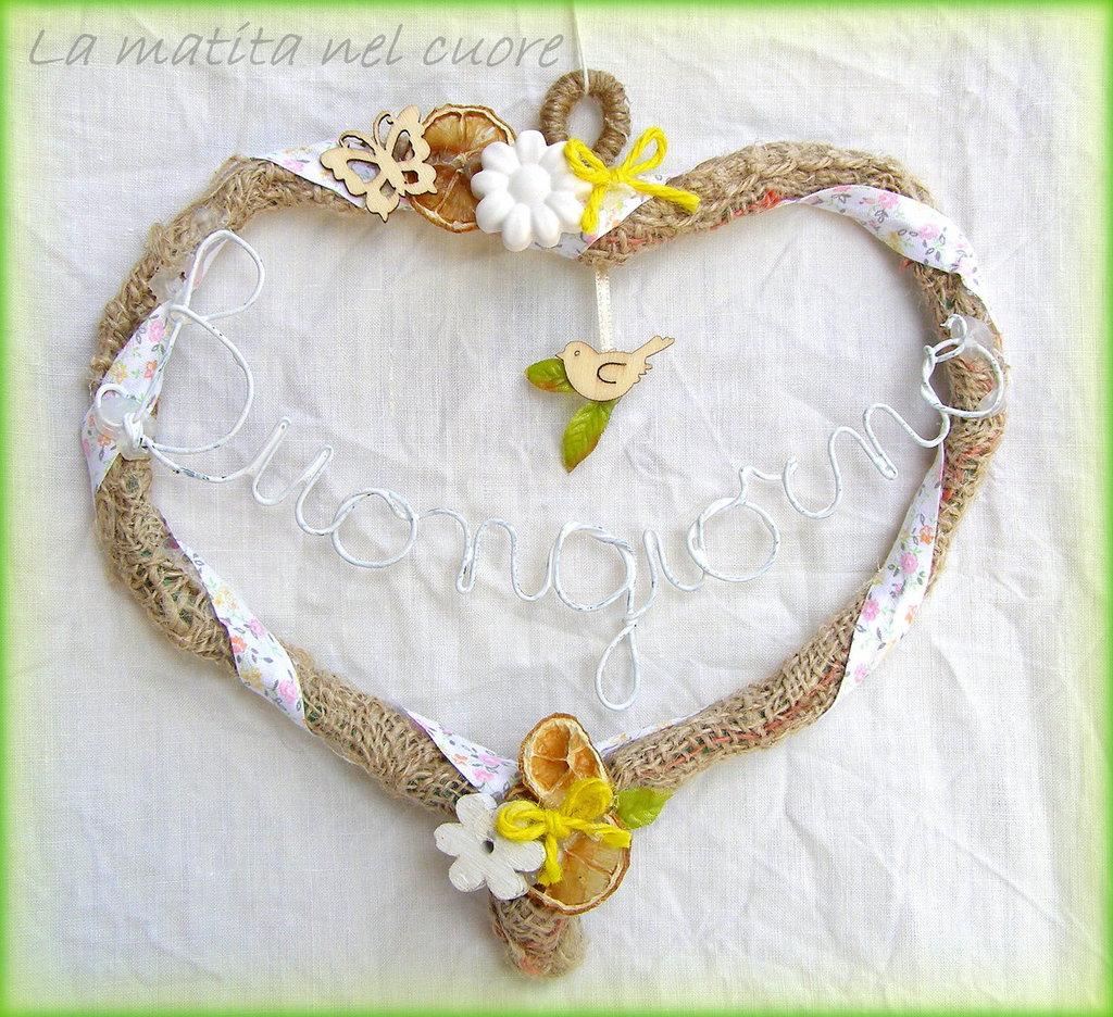 """Ghirlanda shabby """"Buongiorno"""" a forma di cuore in juta con uccellino limone farfalla fiori"""