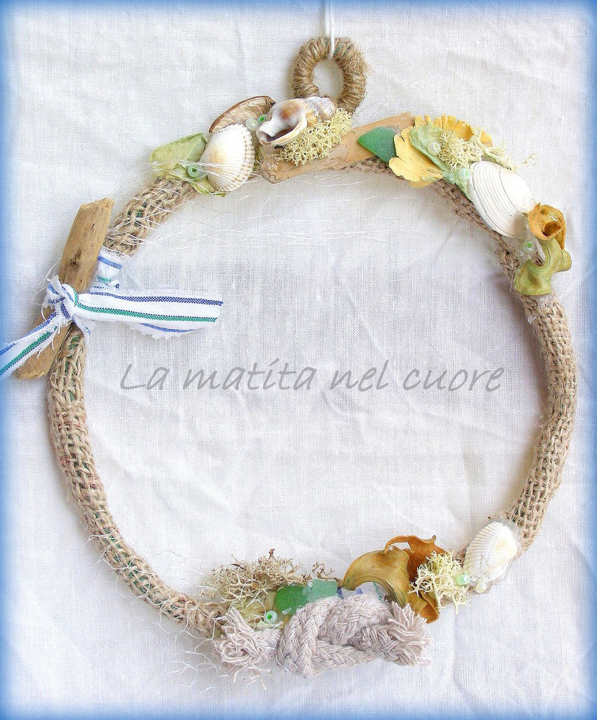 "Ghirlanda shabby ""By the sea"" di forma rotonda in juta con vetrini conchiglie legnetto del mare rete e muschio"