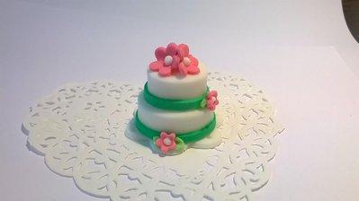 Minicake in pasta di zucchero, segnaposto, bomboniera matrimonio, fiori fucsia e richiami verdi