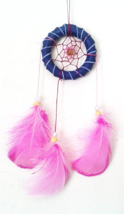 Acchiappasogni fatto a mano in pelle blu con filo rosa
