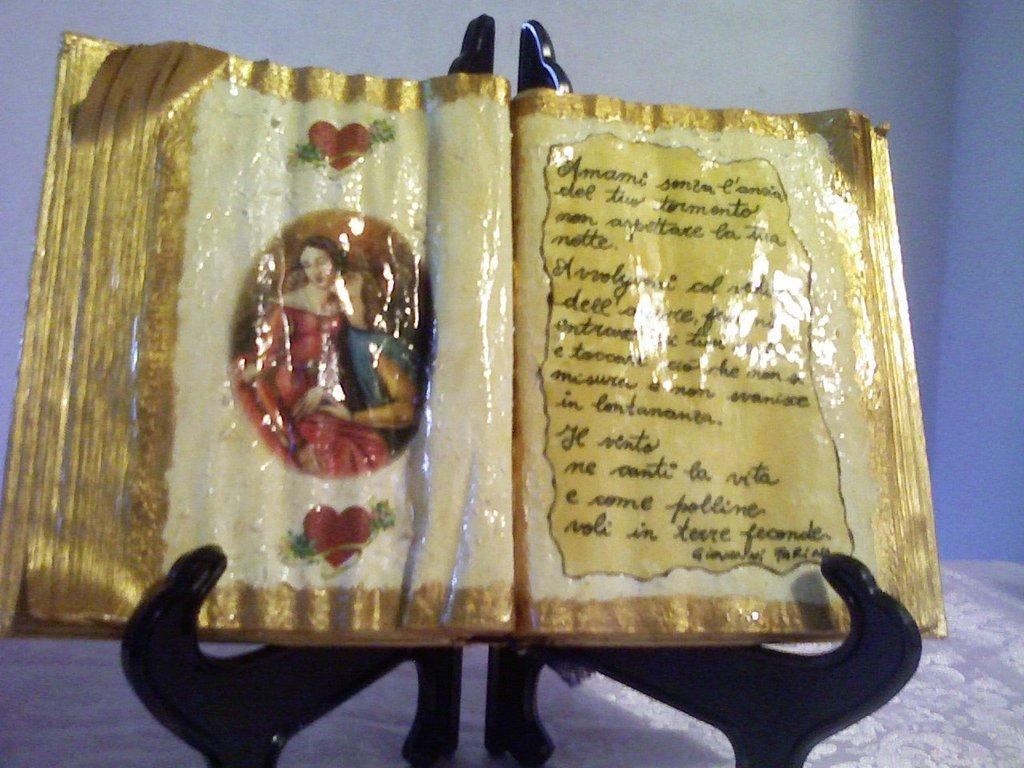 Libro scultura con coppia e poesia scritta a mano