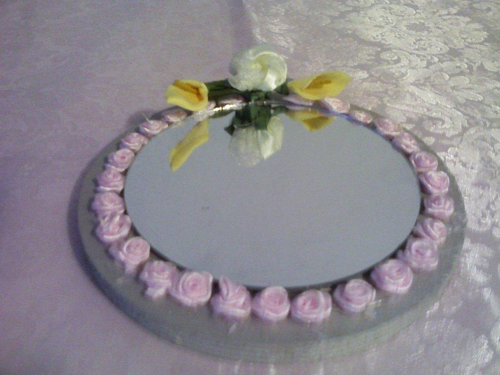 Specchio con roselline di stoffa