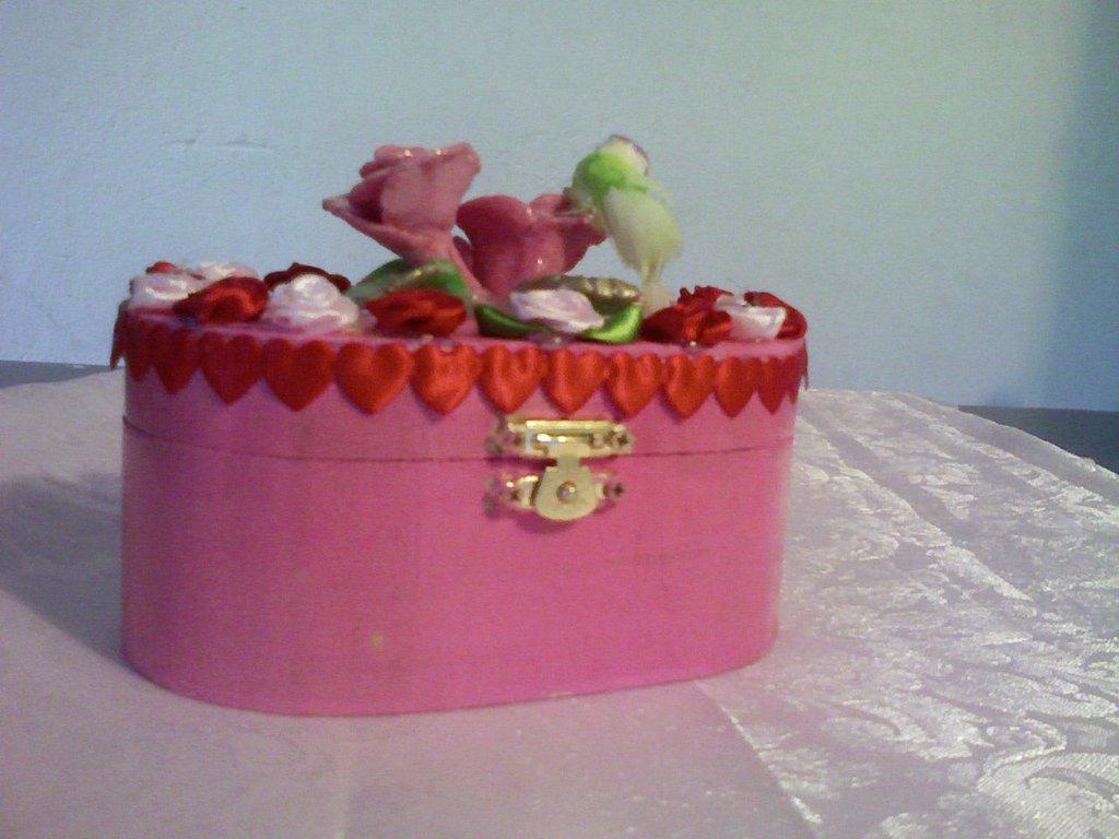 Scatolina rosa con roselline in fimo,di stoffa e uccellino