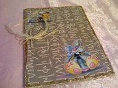 Cartellina foderata con carta da regalo con scritte e formiche