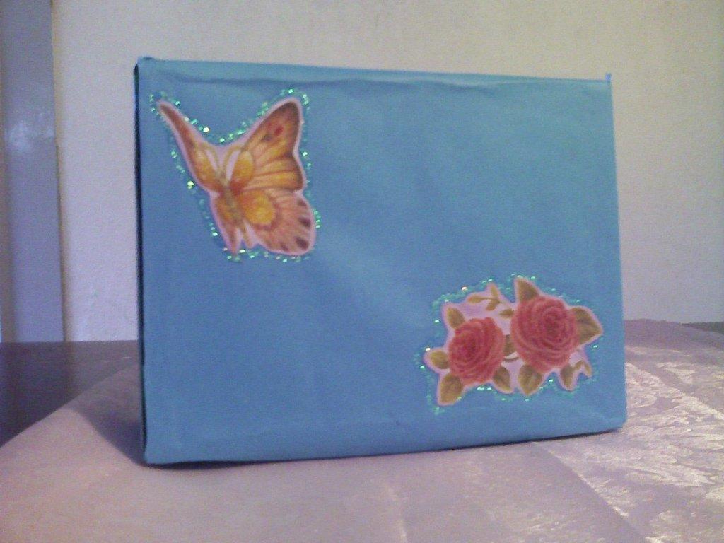 Scatola celeste con fiori e farfalle