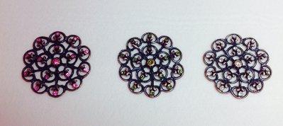Ciondolo a forma di fiore col rame antico e pietre colorate