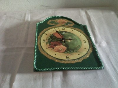 Orologio verde con papaveri dorato