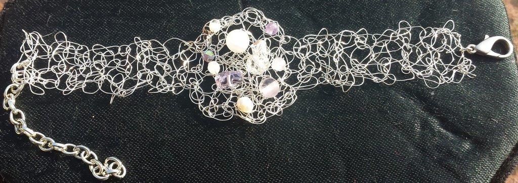 Bracciale a uncinetto in metallo, pietre dure e cristalli, rosa viola e trasparenti