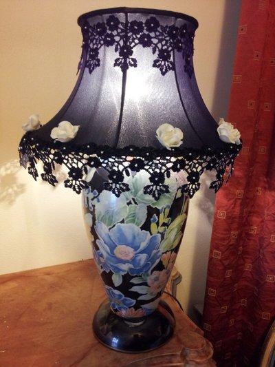 Lampada in ceramica floreale con paralume decorato in pizzo , perline e rose in pasta di ceramica a freddo fatte a mano