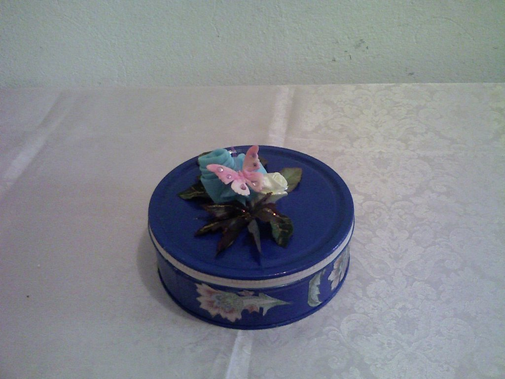 Scatola azzurra con fiori